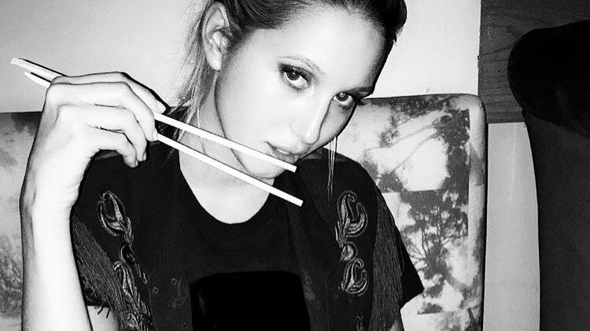 Maria Olympia isst mit Stäbchen