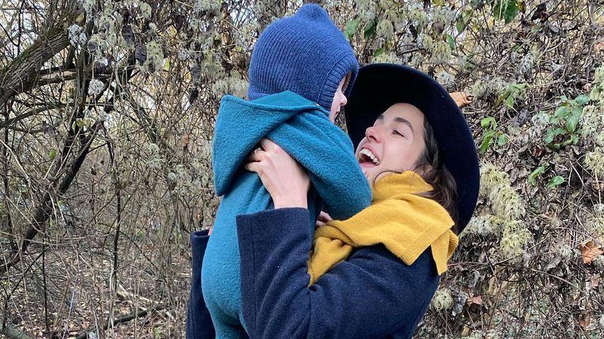 Marie Nasemann mit ihrem Sohn im Mai 2021