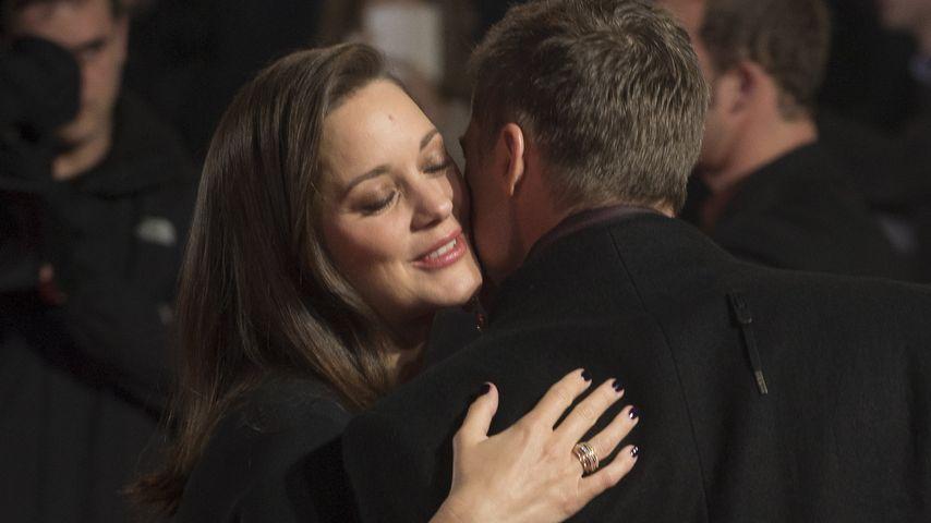"""Marion Cotillard und Brad Pritt beim Umarmen auf """"Allied""""-Premiere in London"""