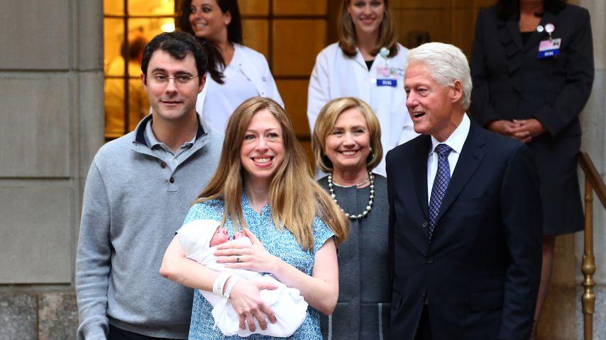 Mark Mezvinsky, Chelsea, Hillary und Bill Clinton nach der Geburt von Charlotte, September 2014
