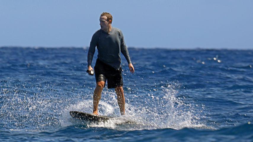 Mark Zuckerberg auf einem eFoil-Surfbrett im Jahr 2020