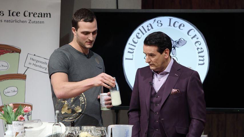 """Markus Deibler zeigt Ralf Dümmel die Einzelheiten der Produktreihe """"Luicella's Ice Cream"""""""