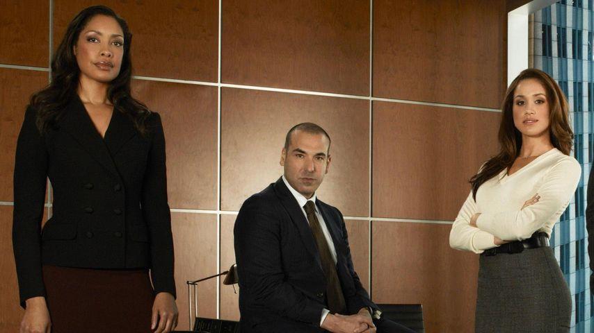 """Meghan Markle als Rachel Zane mit ihren Kollegen am Set von """"Suits"""""""