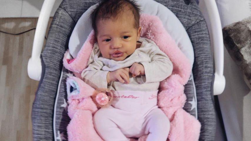 Süße Baby-Schnute: Wem sieht Mia Rose Harrison ähnlicher?