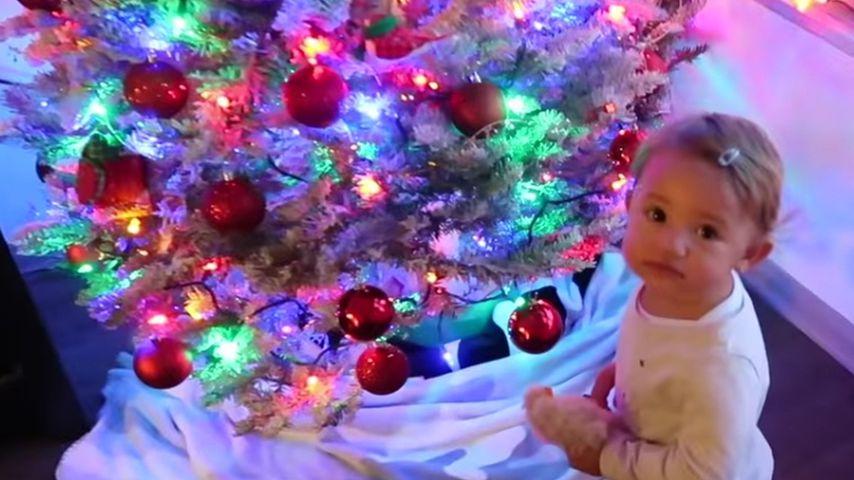 Große Augen! So süß reagiert Mia Rose auf den Weihnachtsbaum