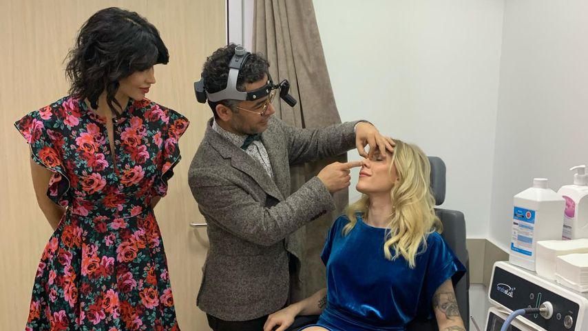 Micaela Schäfer, ein Arzt und Arielle Rippegather in der Schönheitsklinik Esteight Estetik