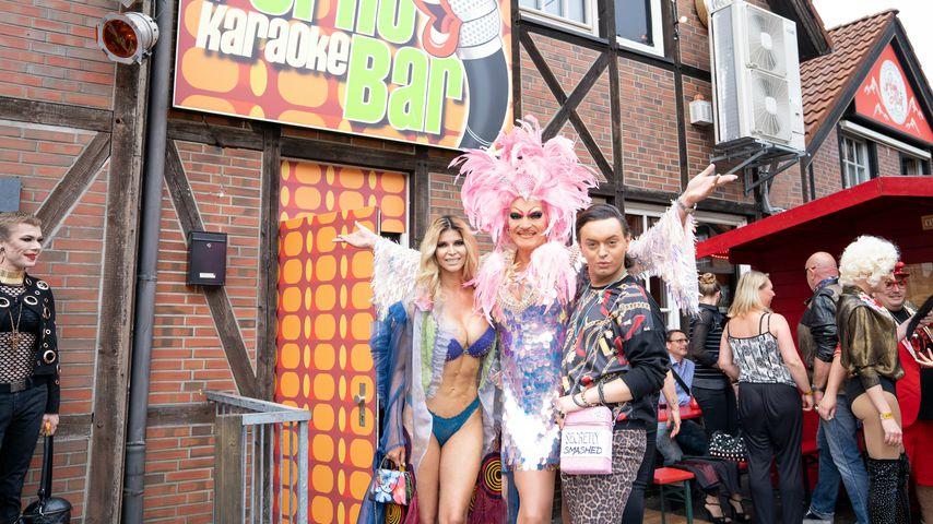 Olivia Jones eröffnet Porno-Karaoke-Bar und VIPs stöhnen mit