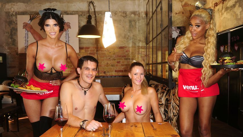Micaela & Sarah Joelle: Nackt-Kellnerinnen für FKK-Gäste