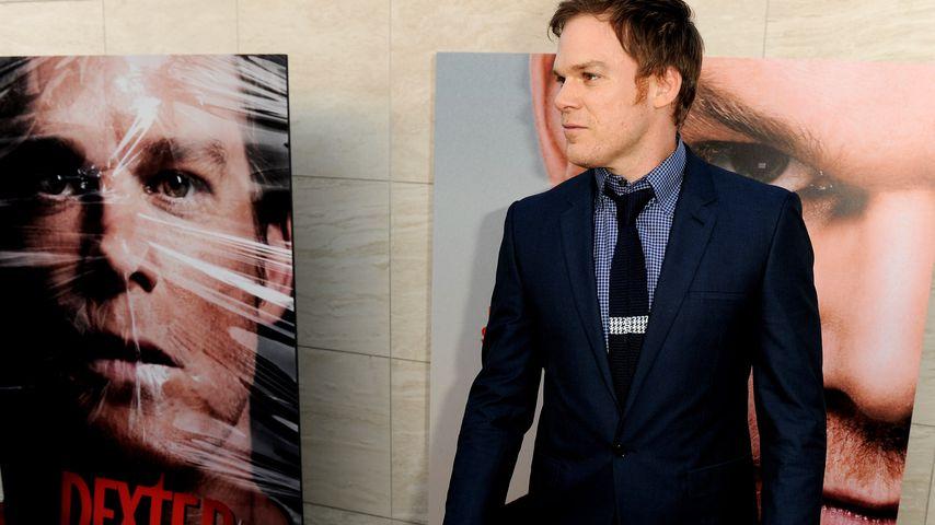 """Michael C. Hall vor einem """"Dexter""""-Plakat"""