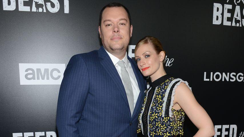 Michael Gladis und Beth Behrs auf dem roten Teppich in New York