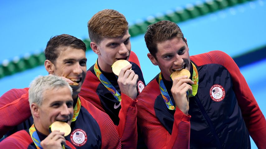 Michael Phelps (2. v. l.) mit seinem Team in Rio