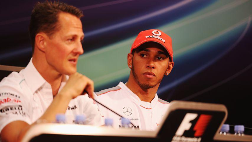 Michael Schumacher und Lewis Hamilton bei einer Pressekonferenz 2012