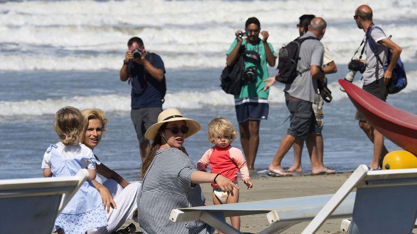 Michelle Hunziker wird bei einem Strandtag mit ihren Töchtern von Paparazzi belagert
