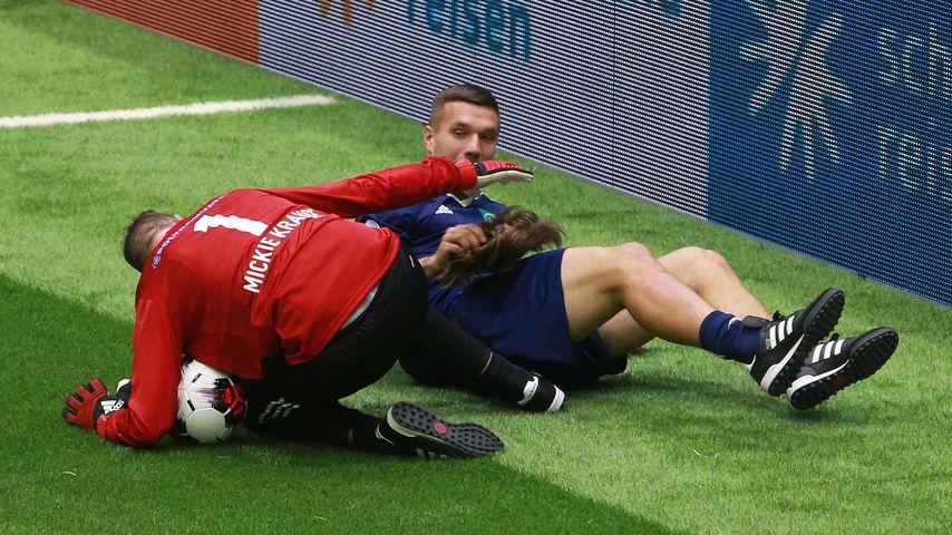 Bei Benefiz-Cup: Hier reißt Poldi Mickie Krauses Perücke ab!