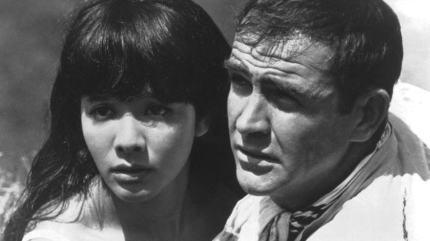 """Mie Hana und Sean Connery als James Bond in einer Szene aus """"Man lebt nur zweimal"""", 1967"""