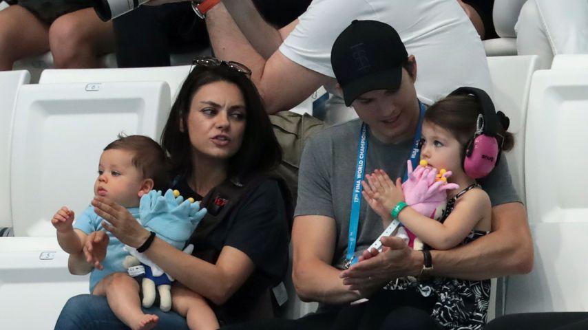 Mila Kunis und Ashton Kutcher mit den gemeinsamen Kindern Dimitri und Wyatt