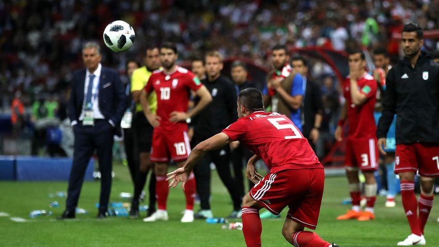 Nach Purzelbaum-Einwurf: Das Netz lacht über Iran-Kicker!