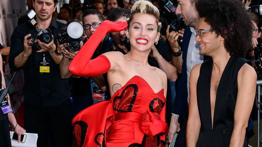 Achselhaar & Abendkleid: Miley Cyrus' Hingucker-Look