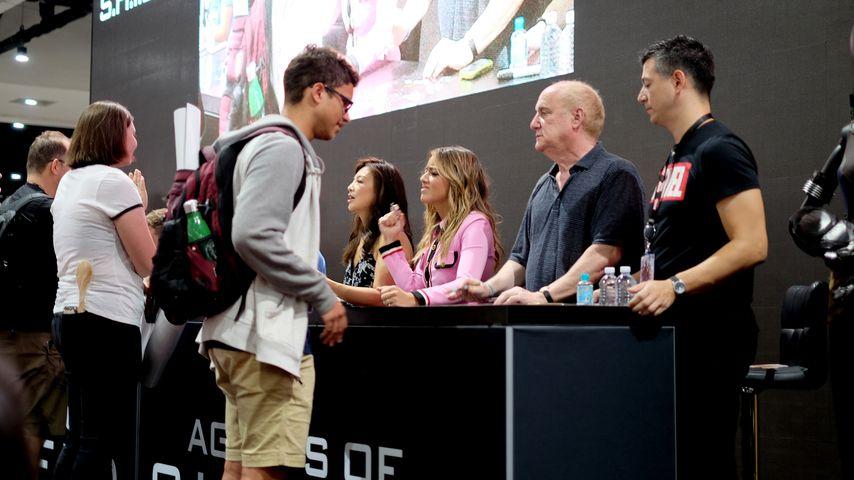 """Ming-Na Wen, Chloe Bennet und Jeph Loeb bei einer """"Marvel's Agents of S.H.I.E.L.D.""""-Autogrammstunde"""