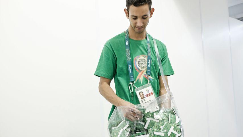 Mitarbeiter der Olympischen Spiele 2016 mit einem Beutel Kondome
