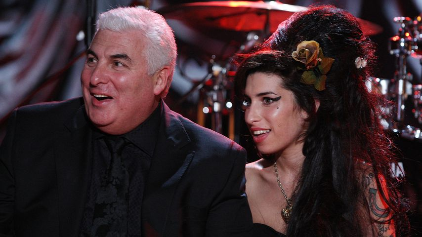 Süßes Erinnern! Mitch Winehouse trägt Amy-Weste