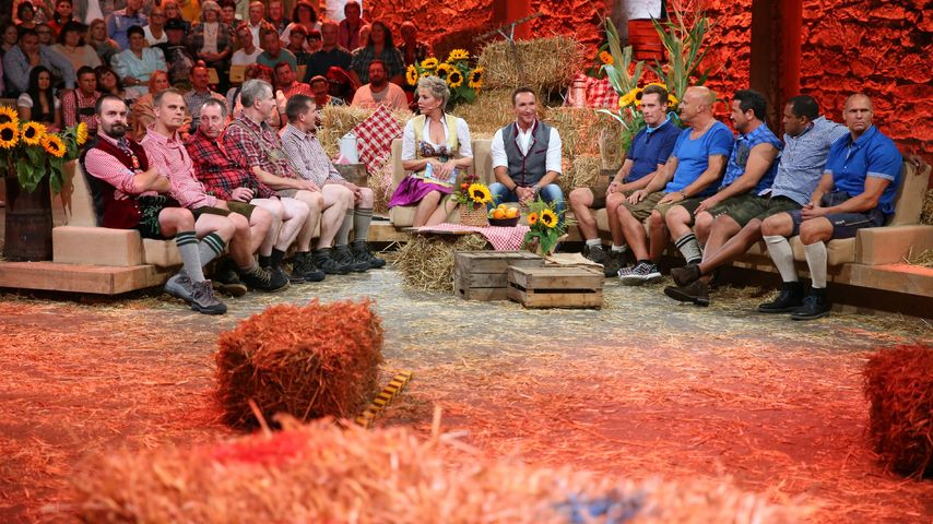 """Inka Bause & Jochen Bendel mit den Teams bei """"Bauer sucht Frau - Die große Bauernolympiade"""""""