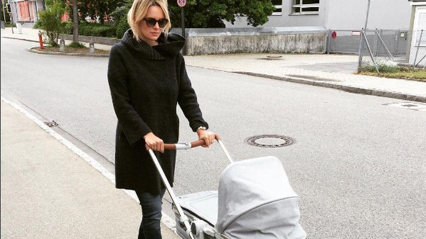 Monica Ivancan mit Kinderwagen