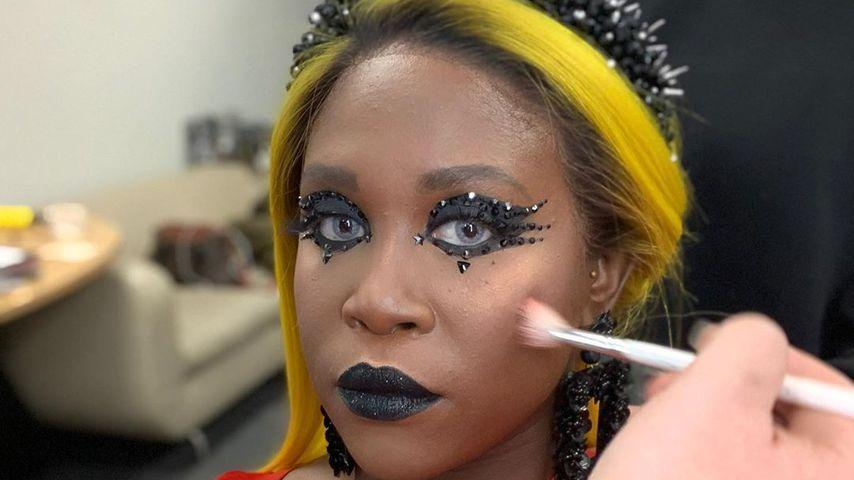 Motsi Mabuse wird von ihrem Team geschminkt