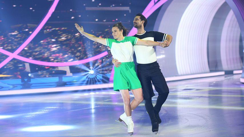 """Nadine Angerer mit Eisprofi David Vincour bei """"Dancing on Ice"""""""