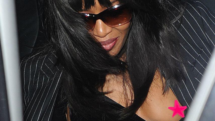 Mega Nippel-Blitzer: Naomi Campbell entblößt blanke Brust