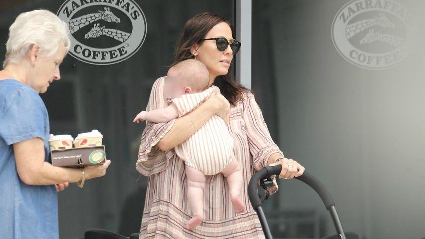 Erste Paparazzi-Fotos: Natalie Imbruglia mit Baby unterwegs