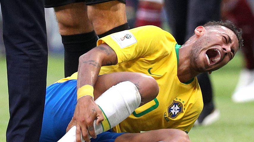 WM-Lachnummer: Neymar Jr. lag schon 14 Minuten am Boden!