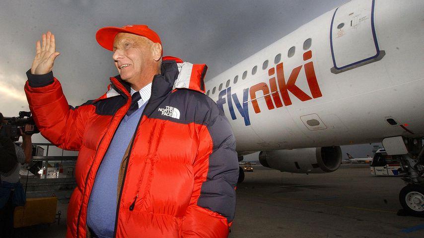 Niki Lauda vor einem Flugzeug der Airline Niki