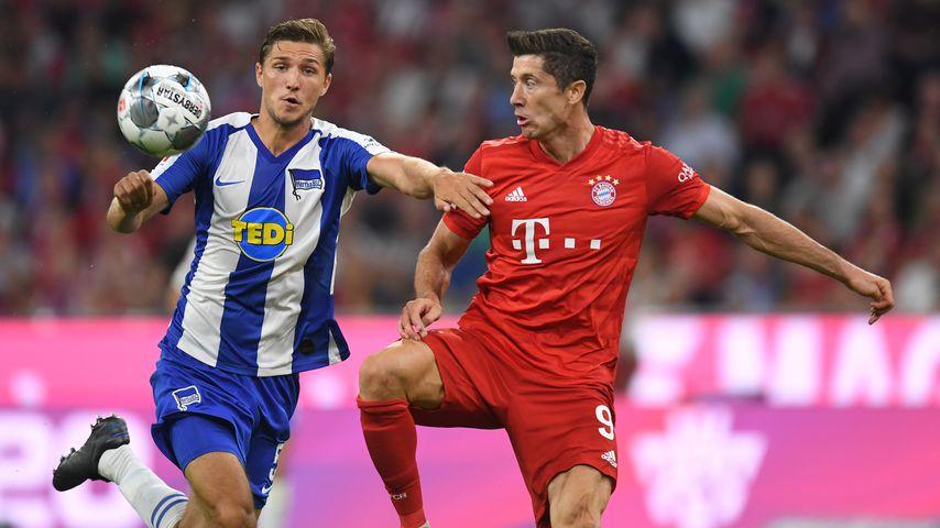 Niklas Stark und Robert Lewandowski am ersten Spieltag der Bundesligasaison 2019/20