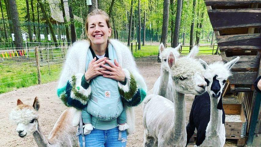 Nina Bott mit Baby Lobo bei einer Alpakawanderung