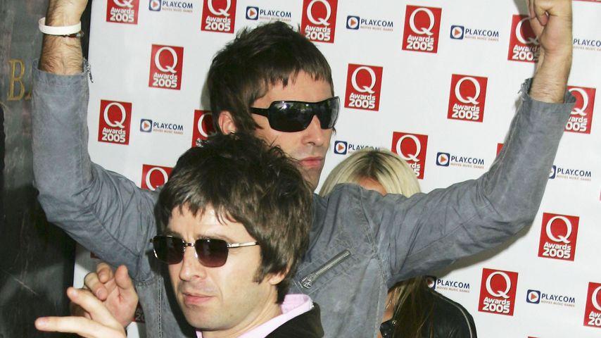 Noel und Liam Gallagher posieren für die Fotografen