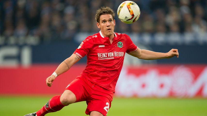 Oliver Sorg beim Bundesligaspiel zwischen dem FC Schalke 04 und Hannover 96