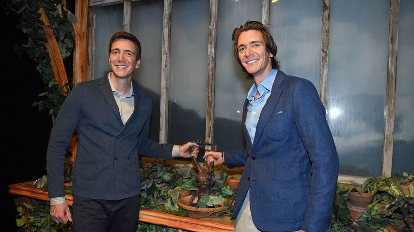 """Oliver und James Phelps in der Ausstellung """"Harry Potter: The Exhibition"""""""