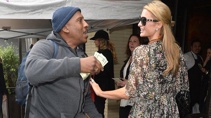 Nächstenliebe bei Paris Hilton? Sie vergibt Geld an Arme!