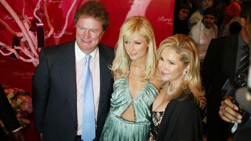 Paris Hilton mit ihren Eltern Rick und Kathy Hilton