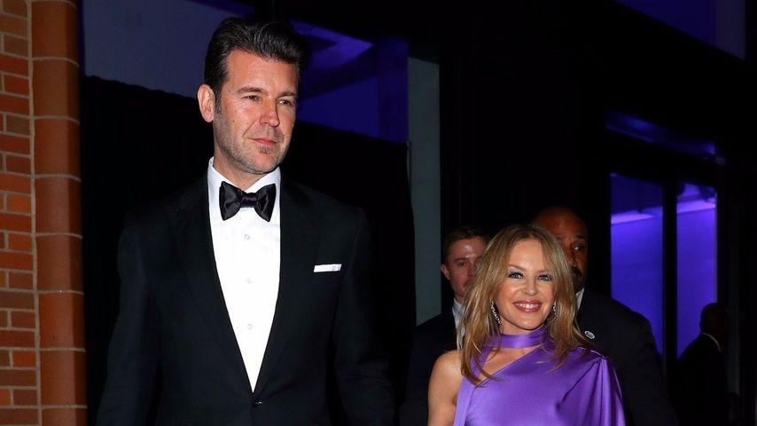 Stiefmutter lag falsch: Kylie Minogue ist doch nicht verlobt