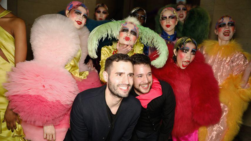 Die Designer Pedro Barbosa und David Ferreira mit Models bei der Fashion Week in London