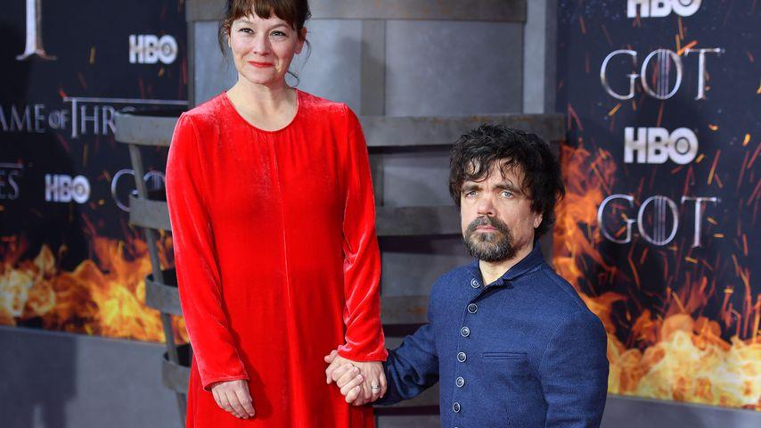 """Peter Dinklage mit seiner Frau Erica Schmidt auf einer """"Game of Thrones""""-Premiere in New York"""