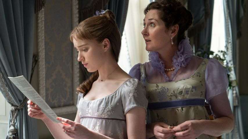 "Phoebe Dynevor und Ruth Gemmell in ""Bridgerton"""