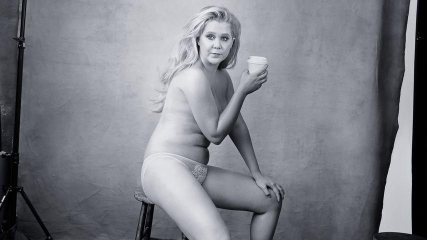 Amy Schumer fast nackt! Pirelli-Kalender mit starken Frauen