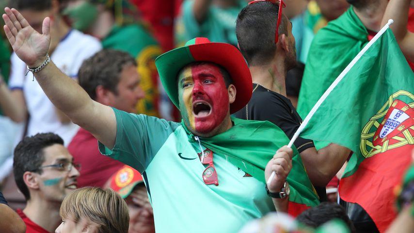 Portugiesische Fans im EM-Finale Portugal gegen Frankreich bei der Fussball-EM in Saint-Denis