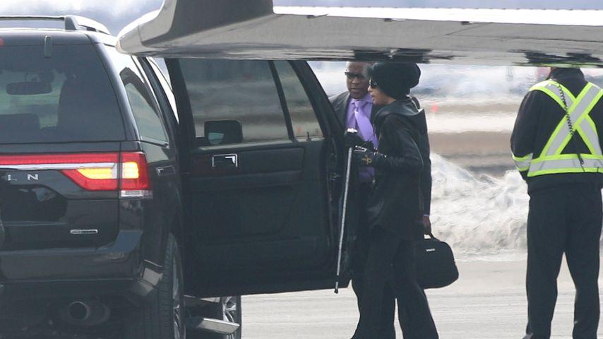 Vor 1 Monat: Prince (✝57) ganz mager & mit Gehstock auf Tour