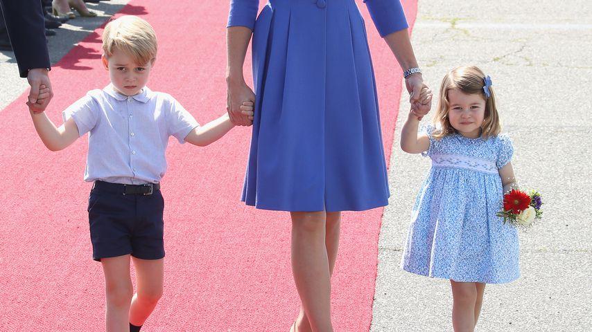 Prinz George und Prinzessin Charlotte an der Hand von Mama Kate