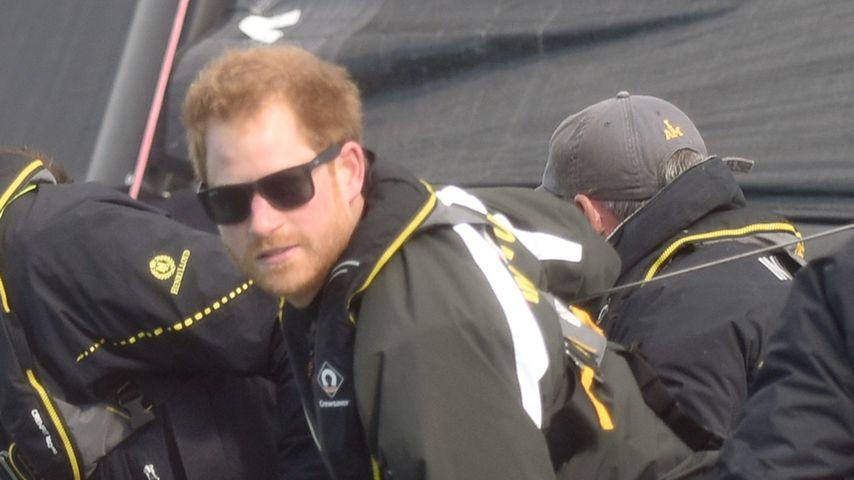 Prinz Harry auf einer Yacht vor der englischen Küste