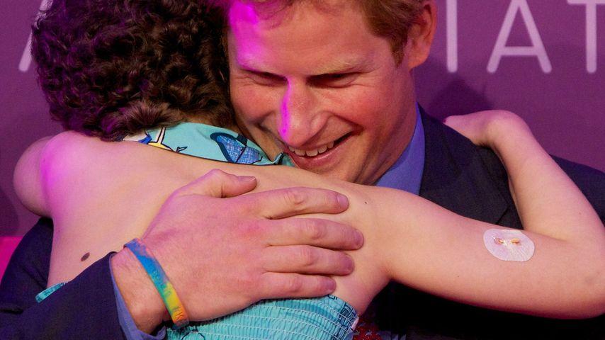 Wie süß! Prinz Harry knuddelt seinen Skandal weg
